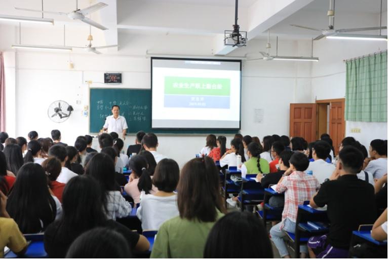 把饭碗牢牢端在自己手中---副校长贺浩华为学生上思政课